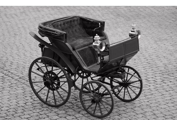 800px-1888_Flocken_Elektrowagen_offen_sw